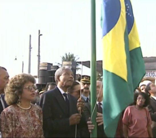 Nelson Mandela hoists the Brazilian flag on his visit in 1991