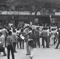 Movimento Negro activists distribute flyers. From the personal collection of Luís Paulo