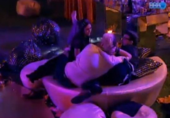 Cássio Lannes (back to camera) in scene from BBB14