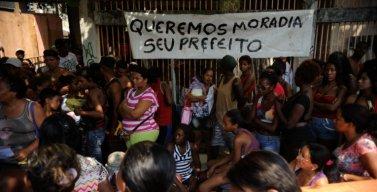 http://gatasnegrasbrasileiras.files.wordpress.com/2014/04/com-a-frase-queremos-moradia-seu-prefeito-foi-colocada-por.jpg