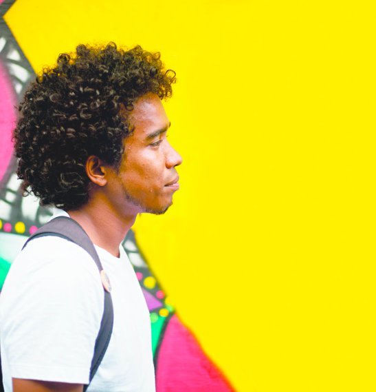 "Andy disagrees with the term ""moreno"" that tries qualify him in Ceará and insists that the ""smoothing of color"" reflects the social condition of the Brazilian black himself. African immigrants earn a voice in this series Travessias da Cor"