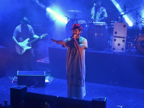 Criolo performing at a show full of celebrities