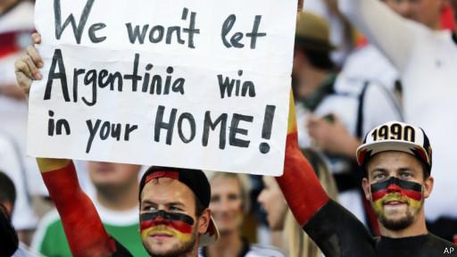 'Não vamos deixar a 'Argentinia' ganhar na casa de vocês', diz cartaz dos torcedores alemães.