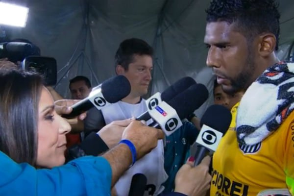 Goalie Aranha talks to reporters after re-match in which he was booed throughout the game by Grêmio fans