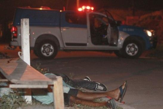Homens encapuzados mataram cinco jovens com idades entre 12 e 18 anos na noite de segunda, em Duque de Caxias