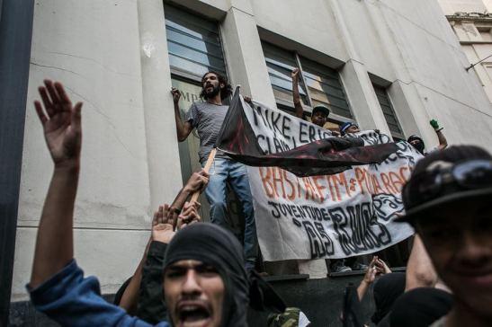 Manifestantes escalam as muretas da sede da SSP para protestar