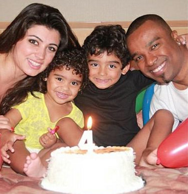 Singer Alexandre Pires (right) with his wife and children