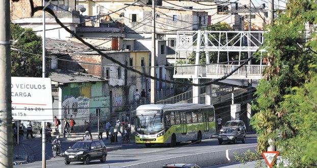 Bandidos assaltam ônibus e escolhem vítimas pela cor da pele em BH