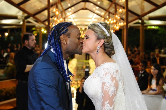 Popular futebol player Vagner Love married his girlfriend Lucilene Pires on December 20th, 2014 in Rio de Janeiro