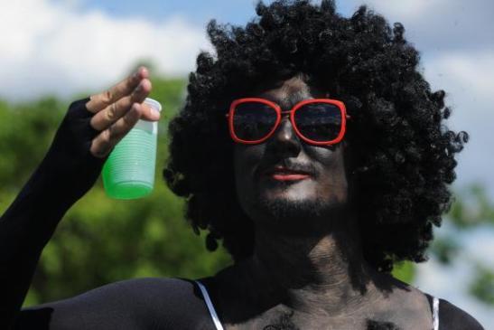Irreverência e clima de tranquilidade marcam sábado de carnaval em Brasília - blackface