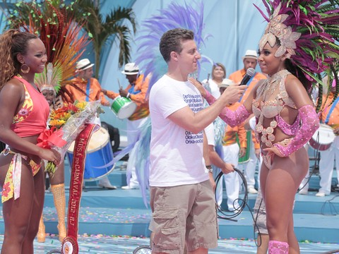 Host Luciano Huck interviews contestants on  the Globo program 'Caldeirão do Huck'