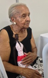 Dona Dora, 91, shares her memories with her granddaughter