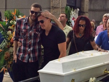 Sarah's father and mother, visibly shaken, in front of her coffin (Photo: Matheus Rodrigues)