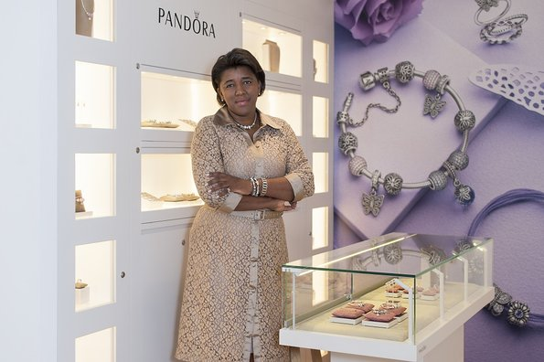 Rachel Maia in a Pandora store, from an article in Correio Braziliense