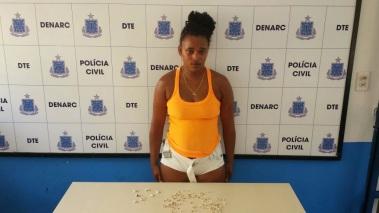 Mulher foi presa com drogas no Bairro Rua Nova