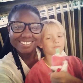 Tayane Dias with João, one of Fernanda Lima's children