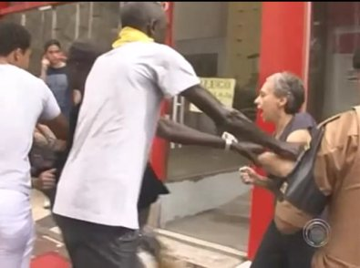 In Londrina, a woman insulted a group of Senegalese immigrants and threw bananas at them