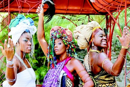 Balé das Yabás: Ludmilla Almeida, Sinara Rúbia and Flavia Vieira