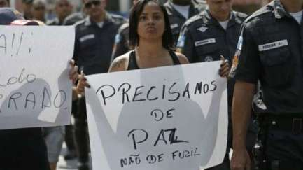Protester protesting in Complexo do Alemão, in Rio de Janeiro: rapporteur said that violence in Brazil has a 'clear racial dimension'