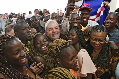 Former President Lula with students from Angola, Guinea Bissau, Cape Verde and São Tomé and Príncipe, at the new campus of the University of International Integration of Lusophone Afro-Brazilian in Bahia.