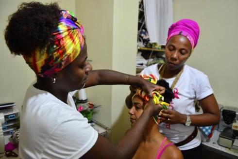 Instructor Jurema Ferreira and students, Viviane Carrera and Andrea Soares, in a turban workshop, participate in the Nêga Rosa project, which serves women in Rio de Janeiro Communities (Tomaz Silva/Agência Brasil)