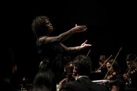 Maestro Alba Bomfim conducting the Orquestra Filarmônica de Minas Gerais