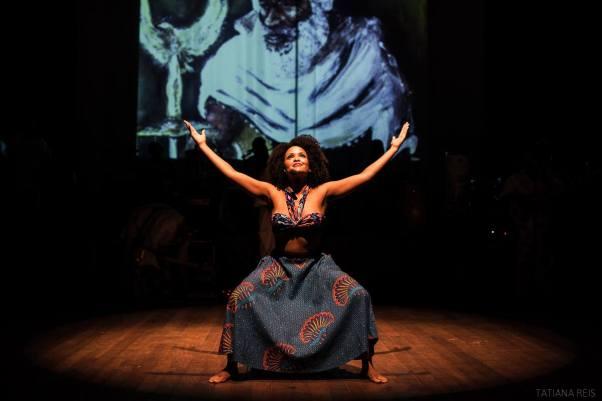 O dia em que me descobri uma mulher negra… e bonita (Eu atuando no espetáculo musical Aini-Ará, do Grupo Cultural Obará)