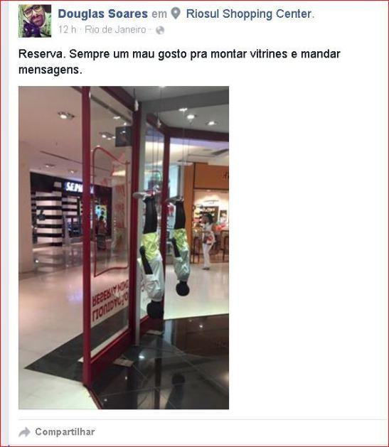 """GAROTO NEGRO PENDURADO PELOS PÉS, EM PROPAGANDA PARA CRIANÇAS EM LOJA DA """"RESERVA"""" NO SHOPPING RIO-SUL (2)"""