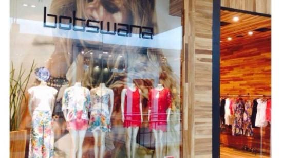 Loja é condenada a indenizar vendedora que precisou alisar cabelos