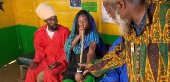 Glória Maria visita tribo rastafári na Jamaica e fuma maconha (1 julho 2016)