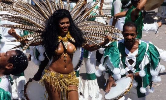 adele-fatima-reina-a-frente-da-bateria-da-mocidade-em-1981