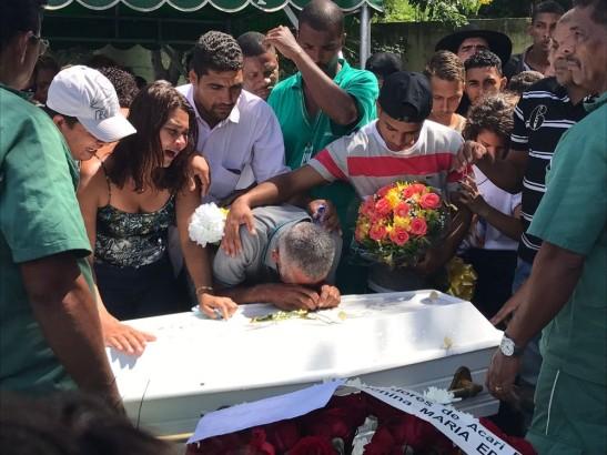 Família de Maria Eduarda enterrou o corpo de estudante no sábado (1º)Foto - Matheus Rodrigues