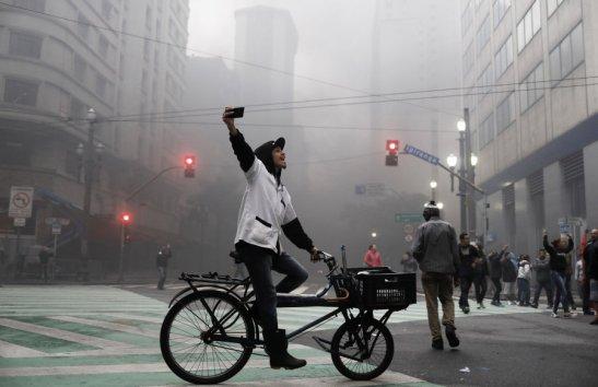 Trabalhador grava protesto contra Temer em São Paulo nesta sexta-feira.