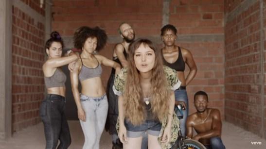 Mallu-Magalhães-videoclipe-Você-não-Presta