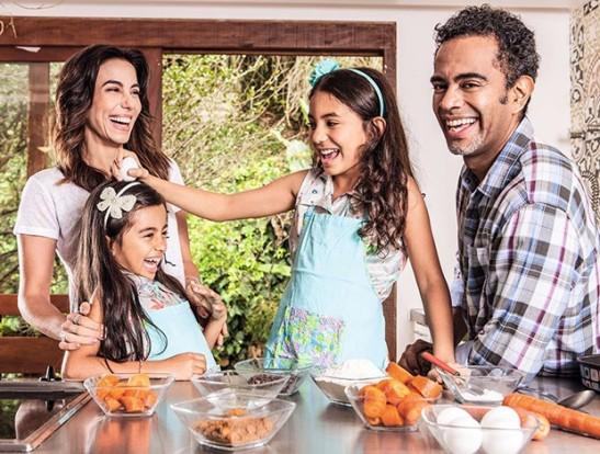 Tania Khalill e Jairzinho com as filhas, Laura e Isabela, na cozinha da casa