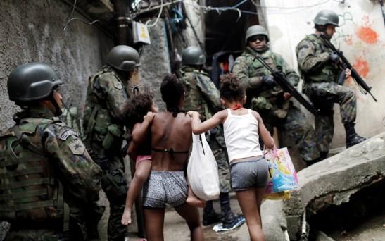 Militares fazem reconhecimento na comunidade da Rocinha