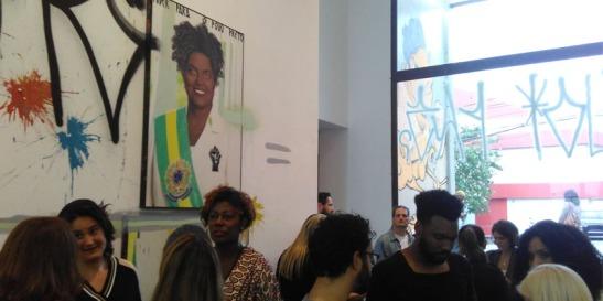 Pessoas acompanham a exposição idealizada por Alexandra Loras (Foto - Runan Braz)