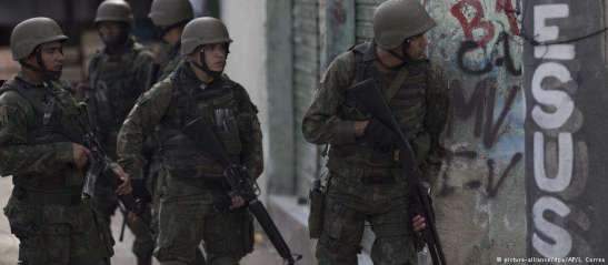 militares em ação em favela carioca