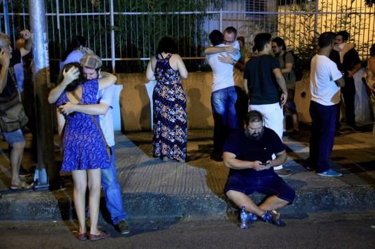 Pessoas se reúnem perto do local onde a vereadora foi morta (Foto - Uanderson Fernandes)