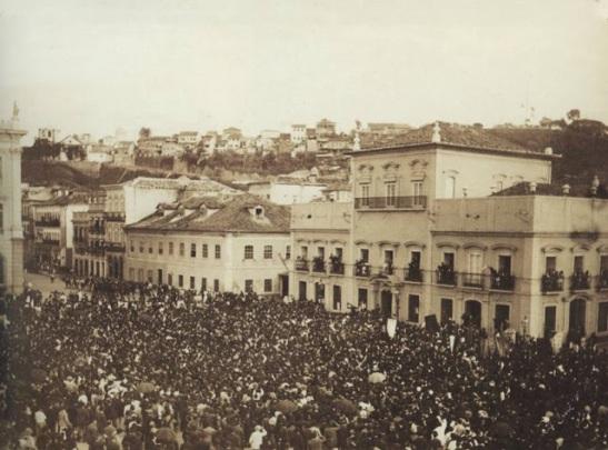 A princesa Isabel aclamada pela multidão na sacada do Paço Imperial, no Rio de Janeiro, após a assinatura da Lei Áurea, em 13 de maio de 1888 (foto - Antonio Luiz Ferre