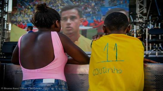 Children watching Coutinho and the Brazil match in a favela. (Bruno Itan-Olhar Complexo)